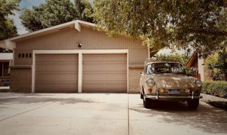 Zděná garáž, která nabízí dvě parkovací stání.