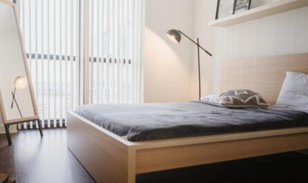 Krásná dřevěná postel. Tak skončil nákup postele.