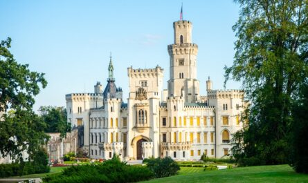 Romantická architektura v podání zámku Hluboká nad Vltavou.